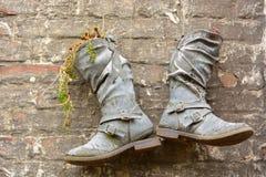 Stivali riciclati usati come piantatrice Fotografie Stock
