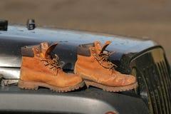 Stivali sul cappuccio di un'automobile fotografie stock libere da diritti