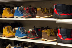 Stivali sullo scaffale in deposito Fotografia Stock Libera da Diritti