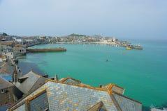 StIves-Stadt, Ansicht zum St. Ives Hafen, kreuzende Boote und Dachspitzen Ansicht, Sommer in Cornwall Großbritannien Stockbilder