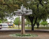 Stjärn- blomma av Jose Luis Sanchez i i stadens centrum Dallas, Texas arkivfoto