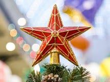 Stjärna överst av det härliga julträdet royaltyfri foto