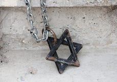 Stjärna av David Magen David på kedjan Beståndsdel av dekoren av synagogan Symbol av judendom, symbolet av judarna arkivfoto