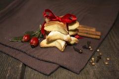 Stjärna formad kaka med det röda bandet Fotografering för Bildbyråer