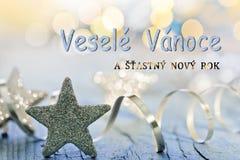 Stjärna- och julgarneringwitz som skriver glad jul i tjeck Arkivfoto