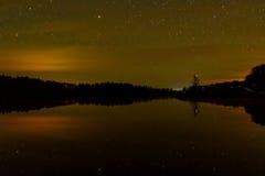 Stjärna reflexion för skog för sjöhimmel Arkivbilder