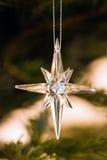 Stjärna som garnering i christmastree Arkivfoton