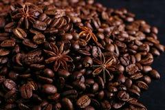 Stjärnaanis och kaffebönor på köksbordet Doftande kryddor för kaffedrinken, closeupbakgrund arkivbilder