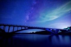 Stjärnaflod med brobakgrund