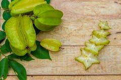 Stjärnafrukt på wood bakgrund Arkivbilder
