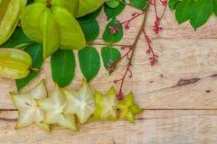 Stjärnafrukt på wood bakgrund Royaltyfri Fotografi