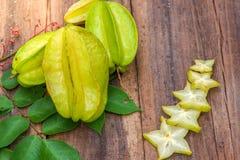 Stjärnafrukt på wood bakgrund Fotografering för Bildbyråer