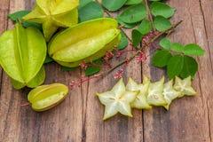 Stjärnafrukt på wood bakgrund Arkivfoto