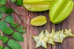 Stjärnafrukt på wood bakgrund Arkivbild