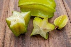 Stjärnafrukt på wood bakgrund Arkivfoton