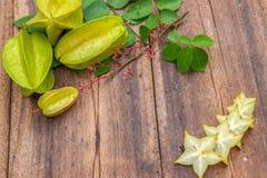 Stjärnafrukt på wood bakgrund Royaltyfria Foton