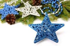 Stjärnagarnering och julgranfilial Arkivfoto