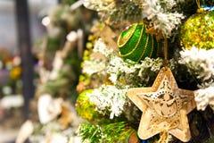 Stjärnan för leksaker för julgranträdet som undersöker boxas den gamla trähänger på filialbränning, bollar, sörjer kottar, valnöt Royaltyfri Bild