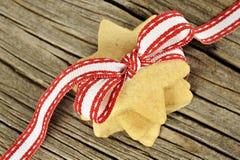 Stjärnan formade kakor med det röda bandet Royaltyfri Fotografi