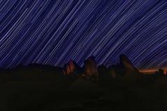 Stjärnan skuggar natthimmel i Joshua Tree National Park Arkivbilder