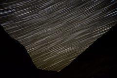 Stjärnan spårar himmelberg Arkivbild