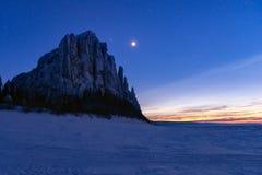 Stjärnanatten på Lenaet River i det naturligt parkerar Lenskie Stolby Lena Pillars royaltyfria bilder
