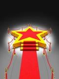 Stjärnapodiumtrappa och röd matta i natt Royaltyfria Bilder