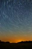 Stjärnaslinga i natthimlen med ljus meteor och flygplanligh Royaltyfri Bild