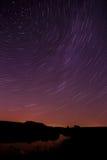 Stjärnaslinga i natthimlen med ljus meteor och flygplanligh Royaltyfri Foto