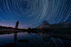 Stjärnaslingor över domkyrka sjön, Yosemite Arkivfoto