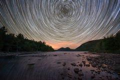 Stjärnaslingor över Jordan Pond i Acadianationalpark Arkivbild