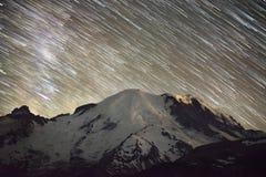 Stjärnaslingor över monteringen Rainier Peak fotografering för bildbyråer