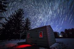 Stjärnaslingor över observatorium Arkivfoton