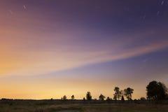 Stjärnaslingor i färgrik natthimmel Arkivfoton
