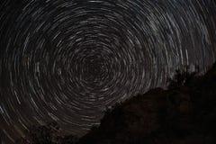 Stjärnaslingor på natten över vaggar royaltyfri fotografi