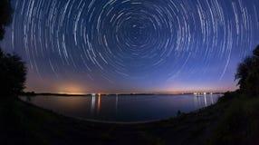 Stjärnaslingor på sjösidopanoraman Fotografering för Bildbyråer