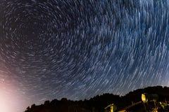 Stjärnaslingor rundar den polara stjärnan och över ett hus på Troodosen Royaltyfri Foto