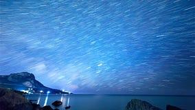 Stjärnaspår över havet Tid schackningsperiod Royaltyfri Bild