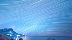Stjärnaspår över havet Tid schackningsperiod Arkivfoton