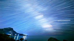 Stjärnaspår över havet Tid schackningsperiod Arkivbilder