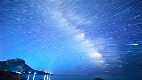Stjärnaspår över havet Tid schackningsperiod Arkivbild