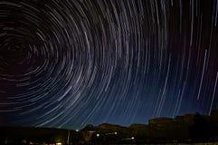 Stjärnatrails ovanför det Pakhuis passerandet Royaltyfri Foto