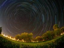 Stjärnatreks runt om den polara stjärnan fotografering för bildbyråer
