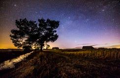 Stjärnbelyst himmel i finlandssvensk bygd Fotografering för Bildbyråer