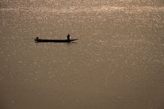 Stjärnklar flod och fartyget Arkivfoton