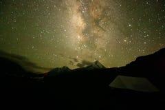 Stjärnklar Himalayan natt arkivfoton