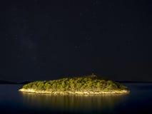 Stjärnklar himmel över ön Royaltyfria Foton