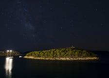 Stjärnklar himmel över ön Royaltyfri Foto