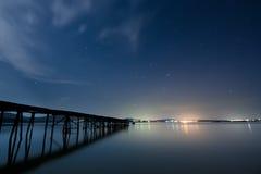 Stjärnklar himmel över Blacket Sea Arkivfoton