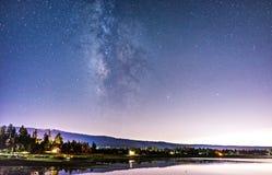 stjärnklar himmel över den Big Bear sjön Arkivbilder